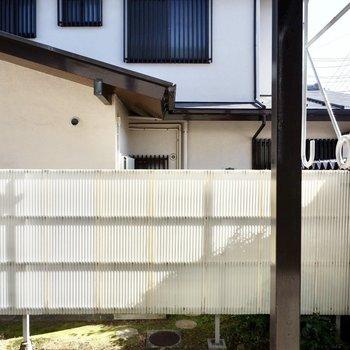 眺望は庭を囲む柵と建物。いい感じに目隠しになっています。