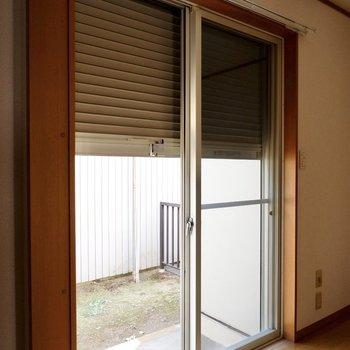 掃き出し窓はシャッター付きで防犯面も心強い。