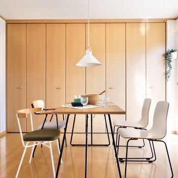 椅子やテーブルは足の細いもので統一するとスッキリとした印象に。