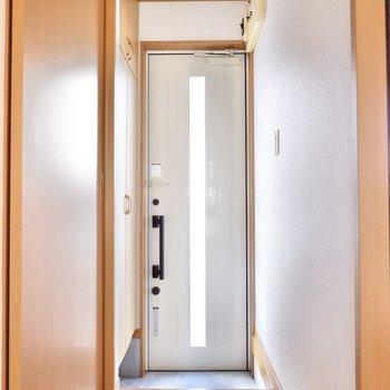スリットの入った玄関ドアが印象的ですね。