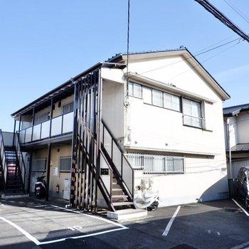 のどかな印象の2階建てアパートです。