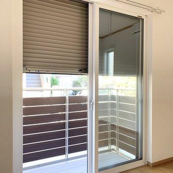 【洋室】窓にはシャッターがついていて安心です。