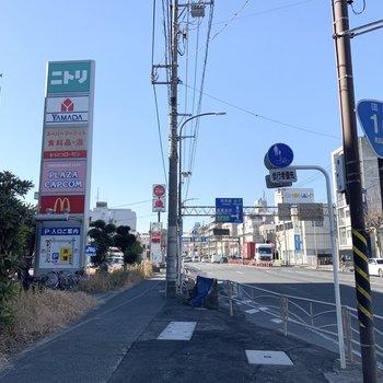 バス停のある大通り沿いにお店が立ち並んでいました。