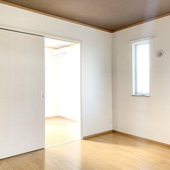 【LDK】小窓は南向きです。