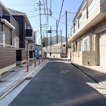 前の通りは比較的人通りが少なめです。