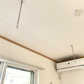 【洋室】物干し竿かけがあるので室内干しができます。