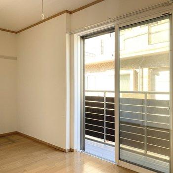 【洋室】洋室の窓は東向きです。朝日で目覚めることができそう。