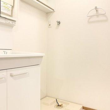 洗濯機置き場上部には棚がついています。
