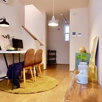 【1FLDK】細長い居室なので、工夫してダイニングテーブルを置きましょう。