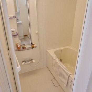 【2F】鏡も棚もあって使いやすいお風呂です。