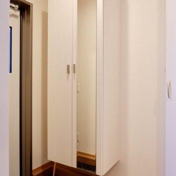 【1F】鏡があるのでお出かけ前に身だしなみチェックができますね。