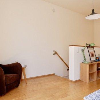 【2F洋室】ちょっとしたスペースもこうやってリラックスできる場所になるんですね。