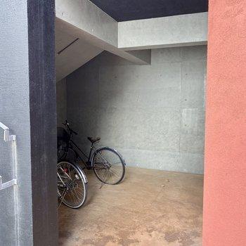 駐輪場を発見しました。隠れている感じが可愛い。