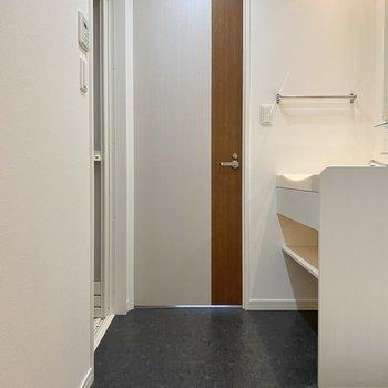 脱衣所にある扉は…洋室へも繋がっているんです。