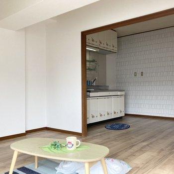 キッチンからリビングの様子を伺えます。※写真の家具・小物は見本です