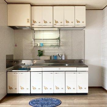 キッチンスペースへ。右に冷蔵庫を置くスペースがあります。※写真の家具・小物は見本です