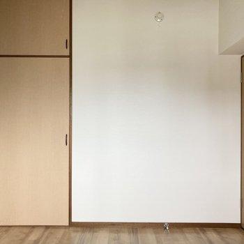 カラークロスと木の収納扉の相性◎