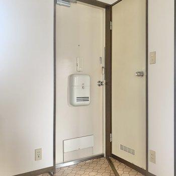 コンパクトな玄関。※写真は2階の反転間取り別部屋のものです