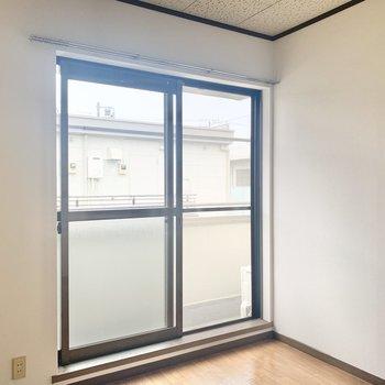 【洋室4.5帖】ここは寝室かなぁ。※写真は2階の反転間取り別部屋のものです