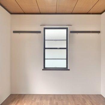 【洋室6帖】壁にはフックが付いています。※写真は2階の反転間取り別部屋のものです
