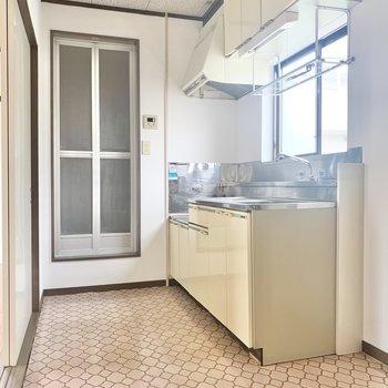 キッチン前に窓があるので、料理をしながら換気ができますね。※写真は2階の反転間取り別部屋のものです