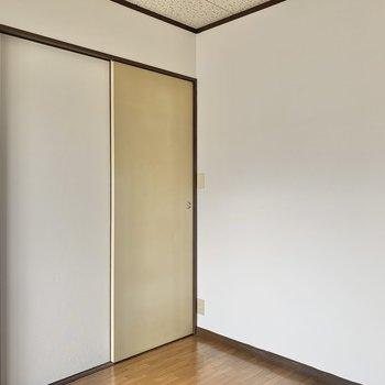 【洋室4.5帖】シンプルな内装です。※写真は2階の反転間取り別部屋のものです
