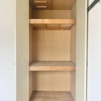 【洋室4.5帖】服や小物が収納できますね。※写真は2階の反転間取り別部屋のものです