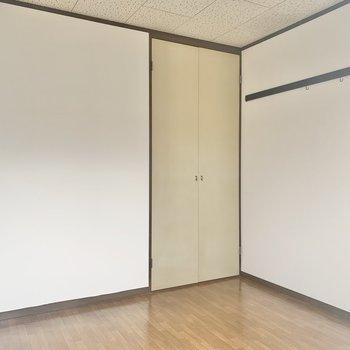 【洋室4.5帖】こちらのお部屋にも壁にフックが付いています。※写真は2階の反転間取り別部屋のものです