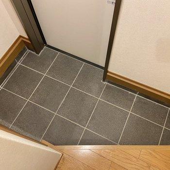 玄関は斜めにさっくり、履物の着脱には十分なスペースです。