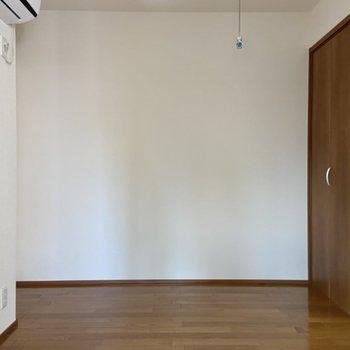 こちらもシンプルな洋室です。
