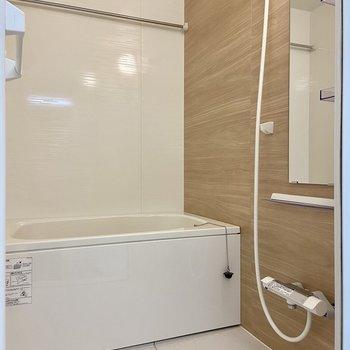 バスルームは1面木目調。浴室乾燥、オートバス機能つきです。
