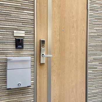 木目調の扉がかわいい。モニタ付きドアホンで防犯対策も◎
