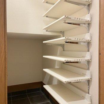こちらは階段下のスペースを利用したシューズインクローゼット。アウトドア用品などもしまえそう。