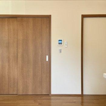 右の扉は廊下、階段へ続きます。左の扉を開けてみましょう。
