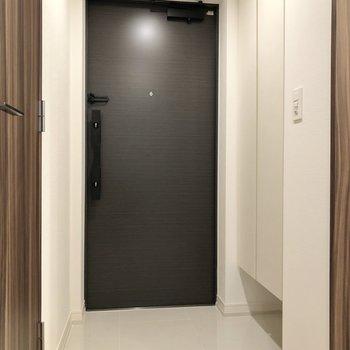 玄関も広いですね。※写真は1階の同間取り別部屋のものです