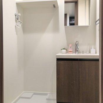 脱衣所に洗濯機が置けるので動線◎※写真は1階の同間取り別部屋のものです