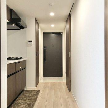 キッチンがある廊下。ゆったりしています。※インテリアはサンプルです※写真は1階の同間取り別部屋のものです