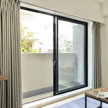 広い窓がお部屋を開放的にしています。 ※写真は1階の同間取り別部屋のものです