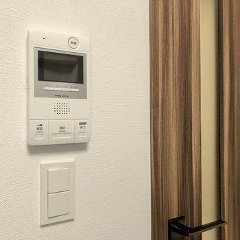 モニタ付きドアホンで来客時はしっかり確認できますよ。※写真は1階の同間取り別部屋のものです