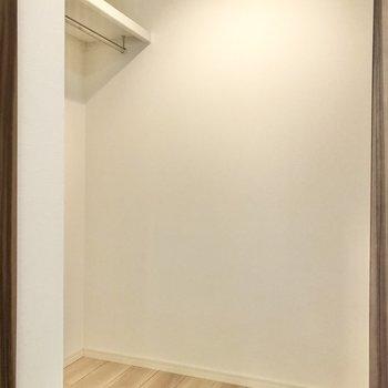 左右にハンガーパイプ付きのウォークインクローゼット!※写真は1階の同間取り別部屋のものです