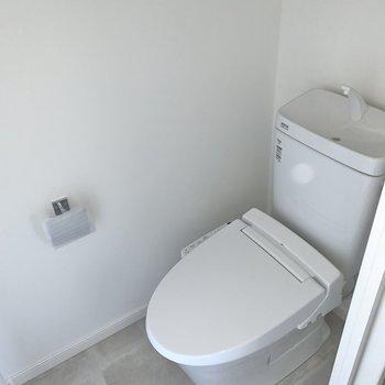 トイレには温水洗浄機能。足元にもゆとりがあります。