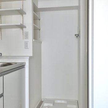 キッチンの右側は洗濯機スペース。