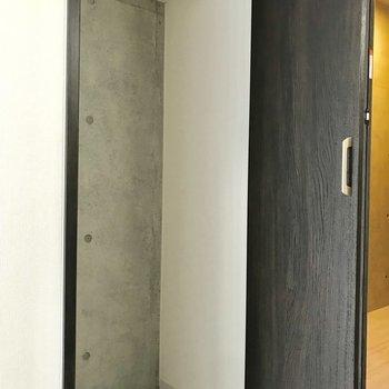 ストレージはワードローブをかけるのが◎※写真は3階の同間取り別部屋のものです