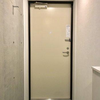 扉はクリーム色で優しい感じ。※写真は3階の同間取り別部屋のものです