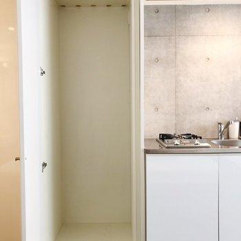 冷蔵庫置場にも扉がついていて、生活感が隠せます。※写真は1階の反転間取り別部屋のものです。2021年1月下旬、先行申込可能のお部屋です。