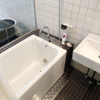 居室にガラス張りのラグジュアリーなお風呂。※写真は1階の反転間取り別部屋のものです。2021年1月下旬、先行申込可能のお部屋です。
