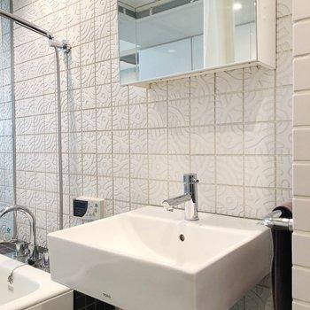 洗面台も洗練されたデザイン。※写真は1階の反転間取り別部屋のものです。2021年1月下旬、先行申込可能のお部屋です。