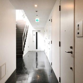 共用廊下は室内で雨の日も安心。