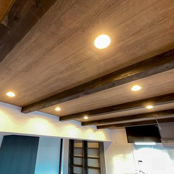 梁が突き出た天井にはダウンライト。暮らしのシーンを印象的に演出してくれます。