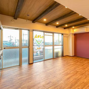 壁も床も木目調の空間に、南に大きく開けた窓が光を取り込みます。